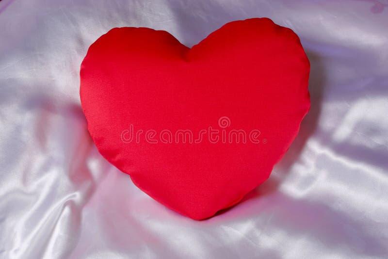 Almohadilla en forma de corazón roja imágenes de archivo libres de regalías