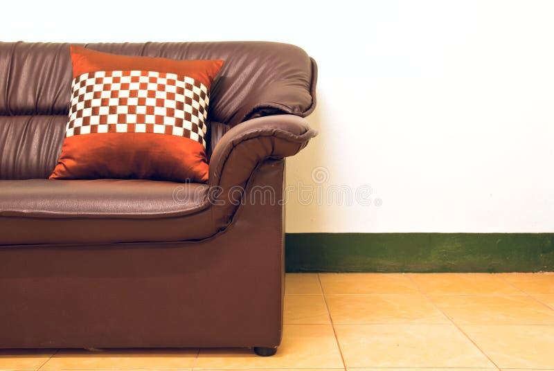 Almohadilla en un sofá fotos de archivo