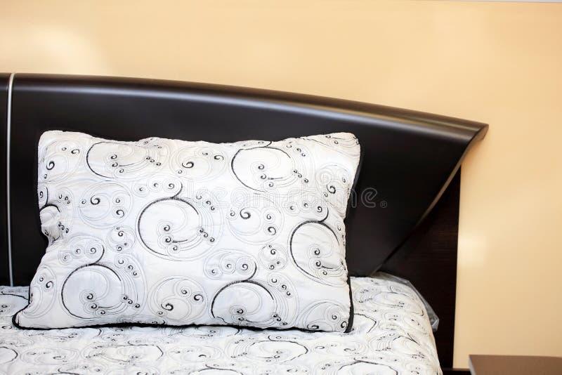 Almohadilla en una cama foto de archivo