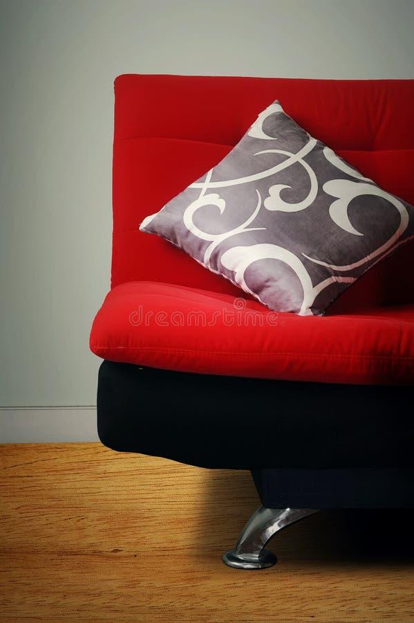 Almohadilla gris en el sofá foto de archivo