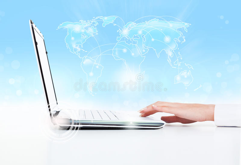 Almohadilla táctil de la mano de la mujer de negocios del ordenador portátil foto de archivo libre de regalías