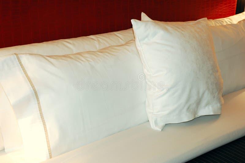 Almohadillas de cama imagen de archivo