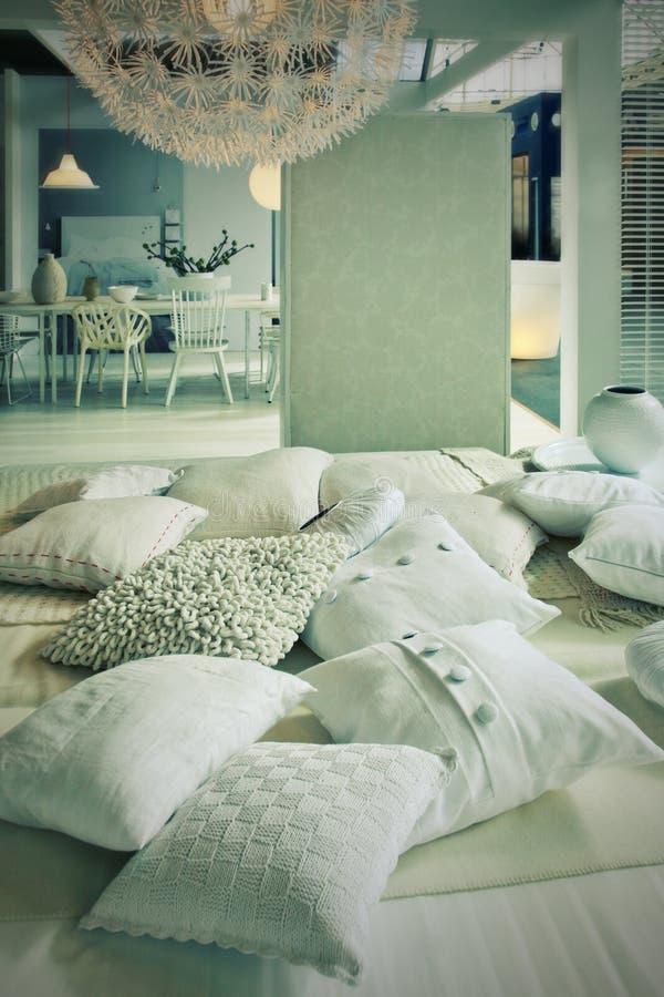 Almohadillas en sala de estar imagen de archivo libre de regalías