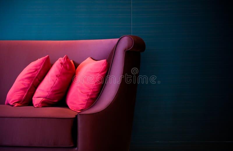 Almohadillas rojas en un sofá imagen de archivo