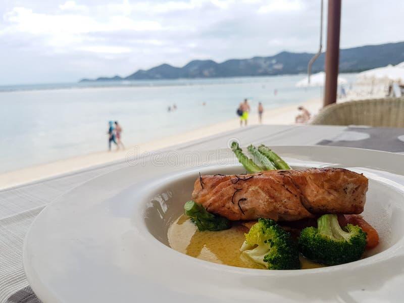 Almorzar en un restaurante en la playa fotografía de archivo libre de regalías