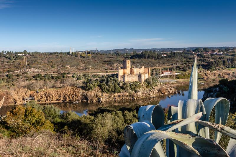 Almourol slott - Portugal - arkitekturbakgrund Byggs på en ö på floden Tagus arkivfoton