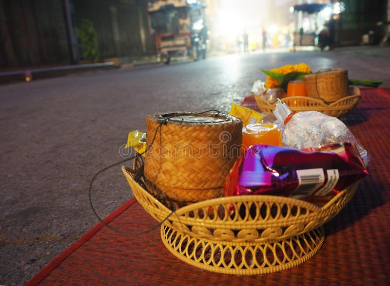 Almsgiving aan Boeddhistische Monniken in Chaing Khan, Loei, Thailand stock afbeelding