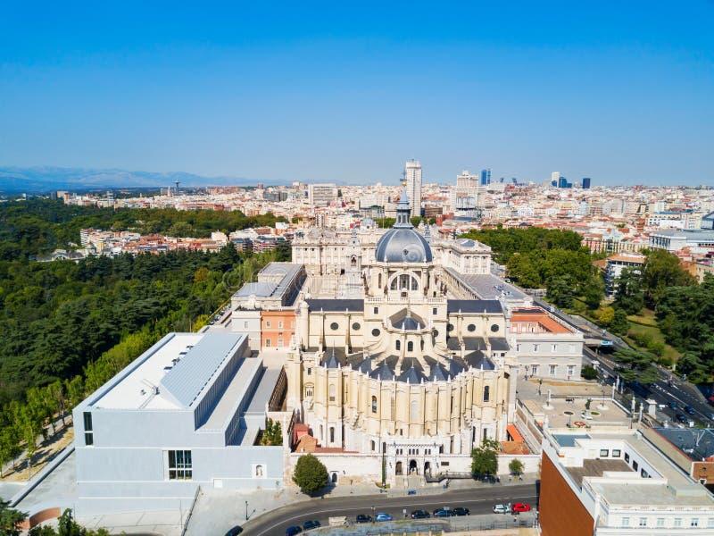 Almudena大教堂是一个天主教会在马德里,西班牙 库存图片
