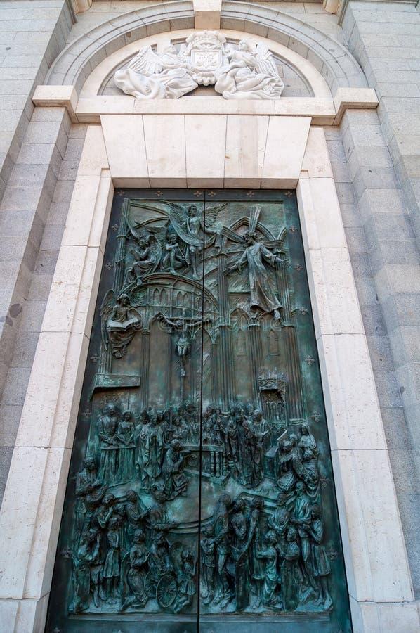 Almudena大教堂的华丽古铜色门在马德里,西班牙 免版税图库摄影