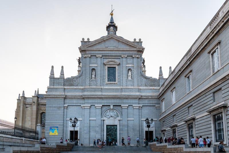 Almudena Cathedral av Madrid Sikt för sidoingång royaltyfri bild