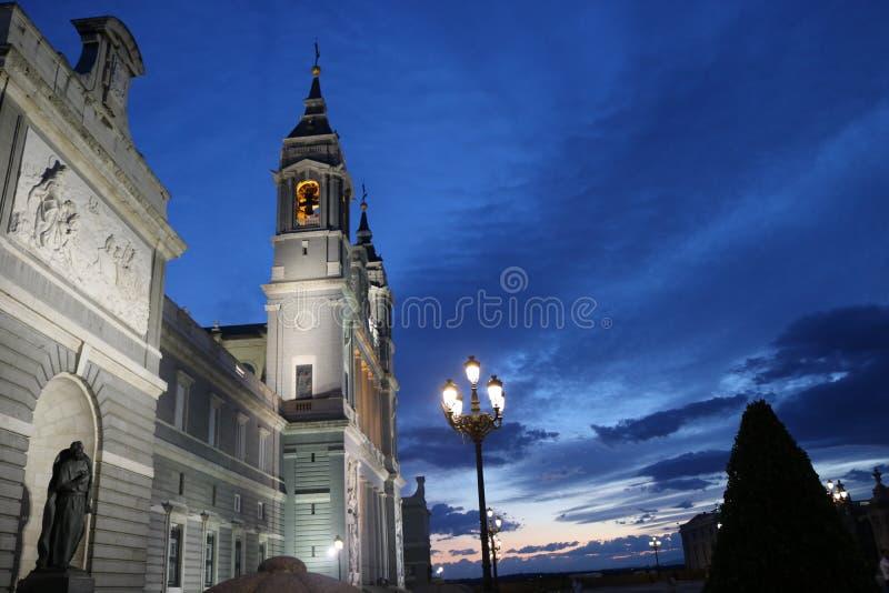 Almudena Cathedral di notte immagine stock libera da diritti