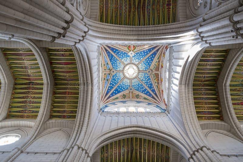 Almudena Cathedral, il sedile di Roman Catholic Archdiocese di Madrid Spagna fotografia stock libera da diritti