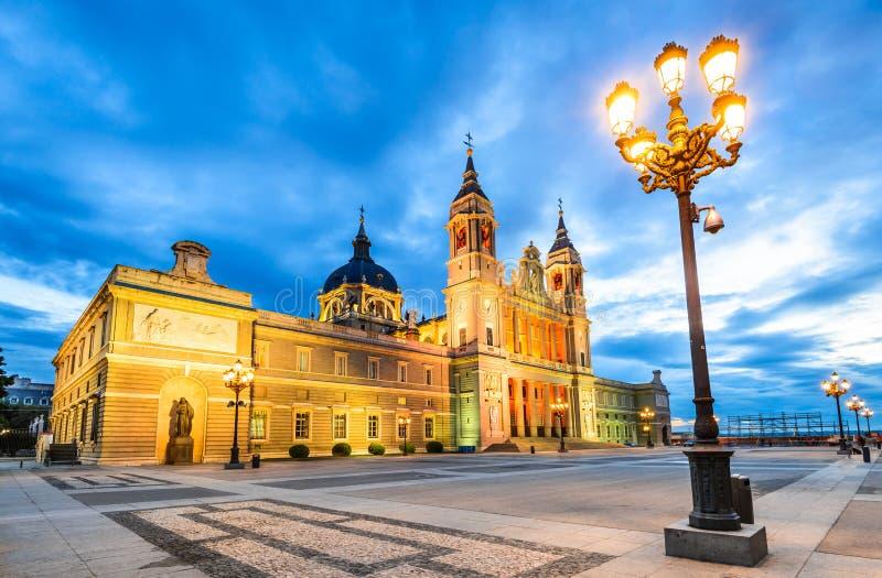 Almudena Cathedral skymning, Madrid i Spanien royaltyfria bilder