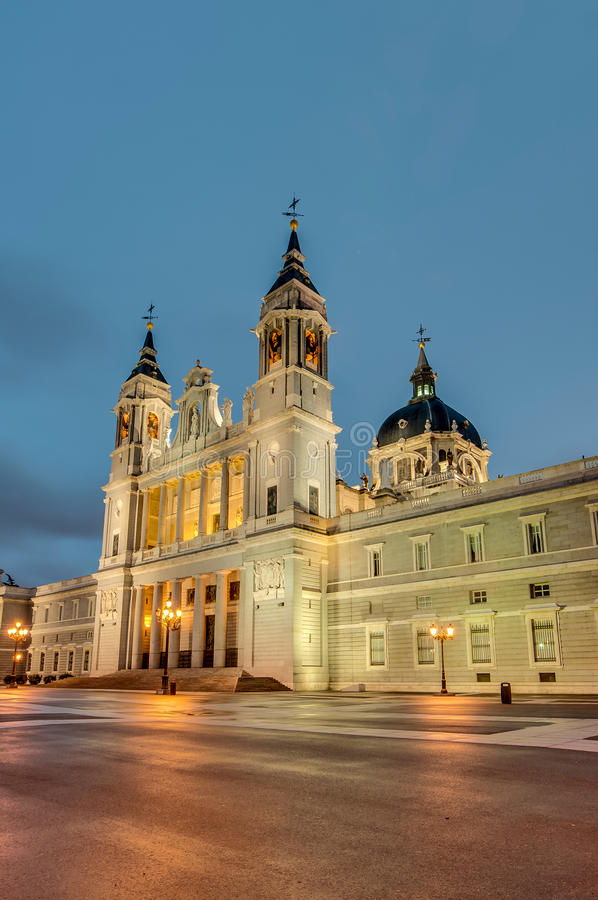 Almudena domkyrka i Madrid, Spanien royaltyfria bilder