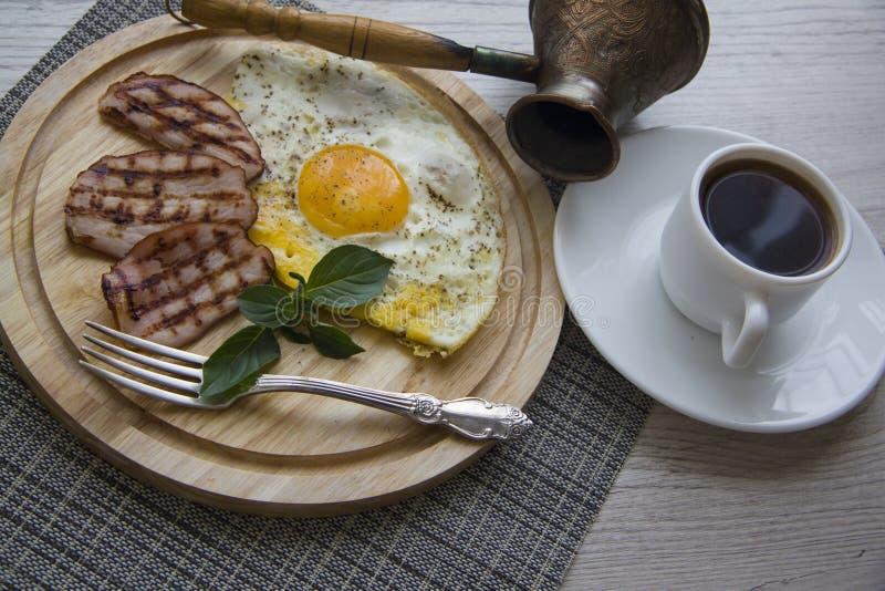 Almuerzo con cerdo y huevos fritos foto de archivo