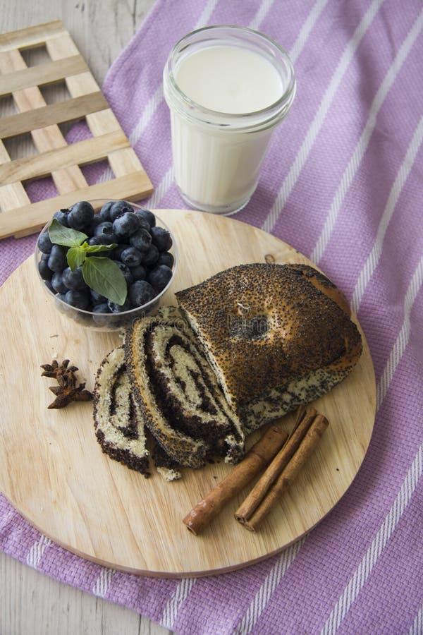 Almuerzo con milhojas de las semillas del arándano y de amapola fotos de archivo