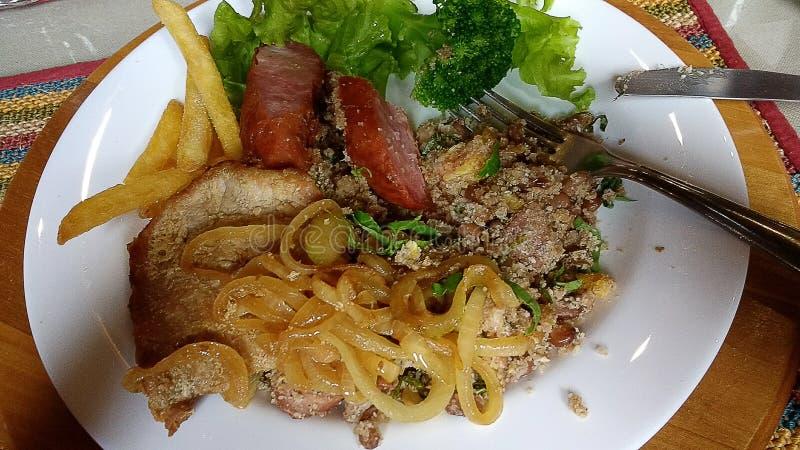 Almuerzo culinario brasileño con la carne y la ensalada fotos de archivo