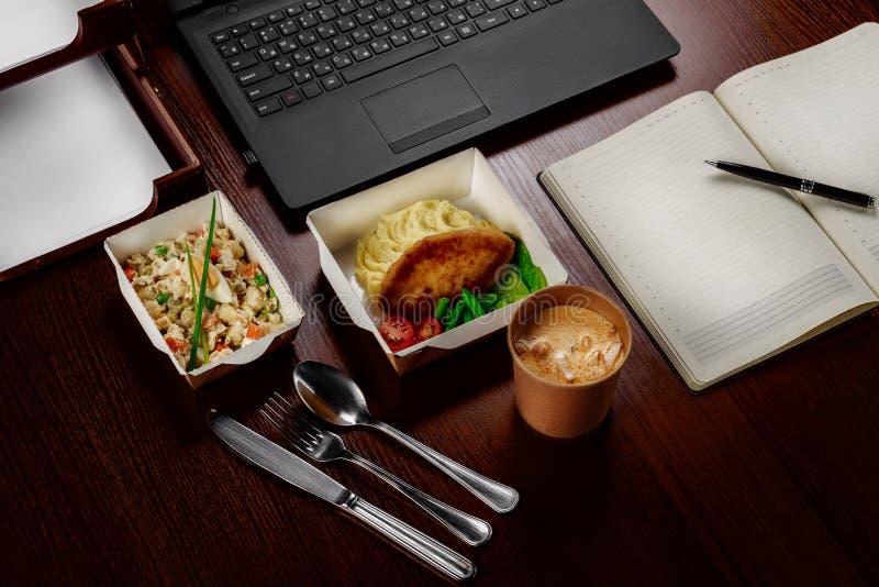 Almuerzo de negocios en la mesa de su ordenador fotografía de archivo libre de regalías