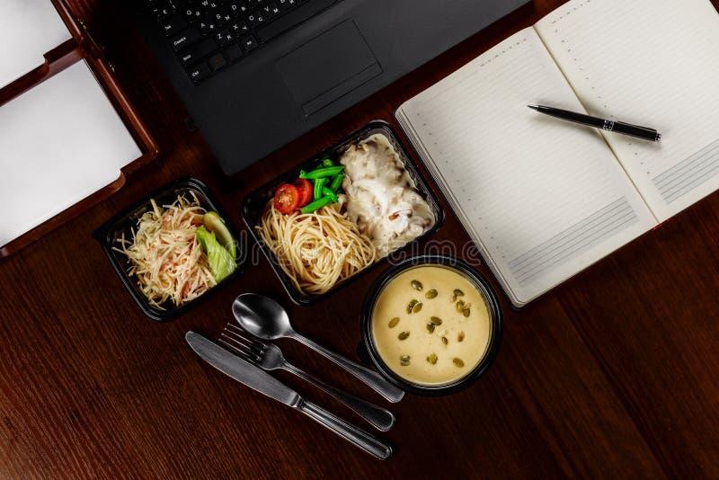 Almuerzo de negocios en la mesa de su ordenador imágenes de archivo libres de regalías