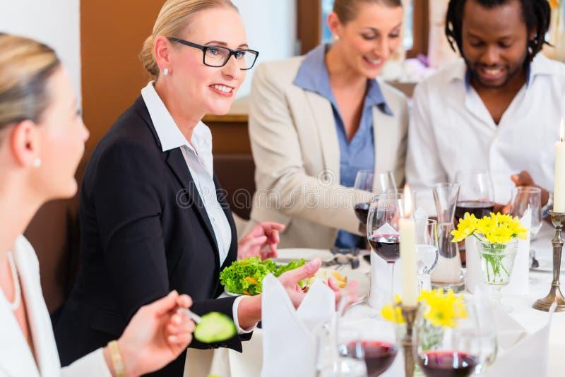 Almuerzo de negocios en restaurante con la comida y el vino foto de archivo libre de regalías