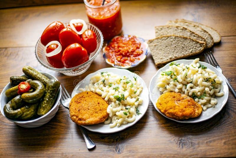 almuerzo delicioso con las verduras conservadas en vinagre imágenes de archivo libres de regalías