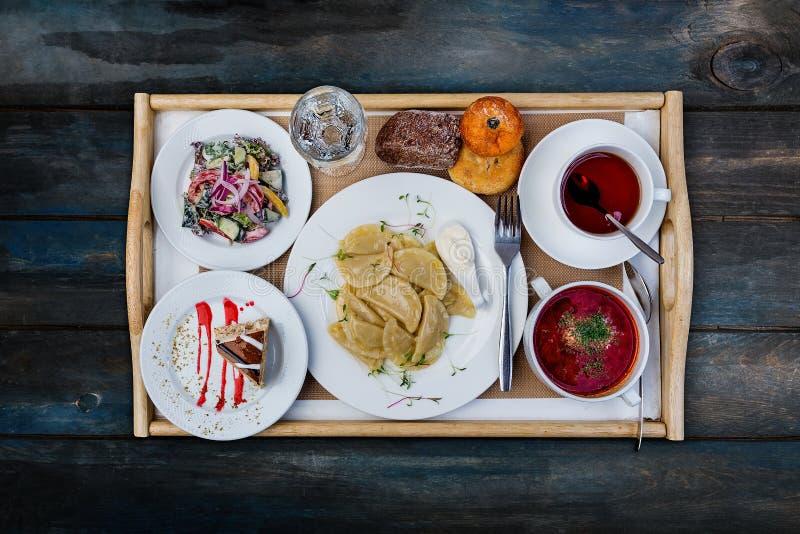 Almuerzo determinado típico Bolas de masa hervida con la patata, el borsch y la ensalada de las verduras, servida con los cubiert imagenes de archivo