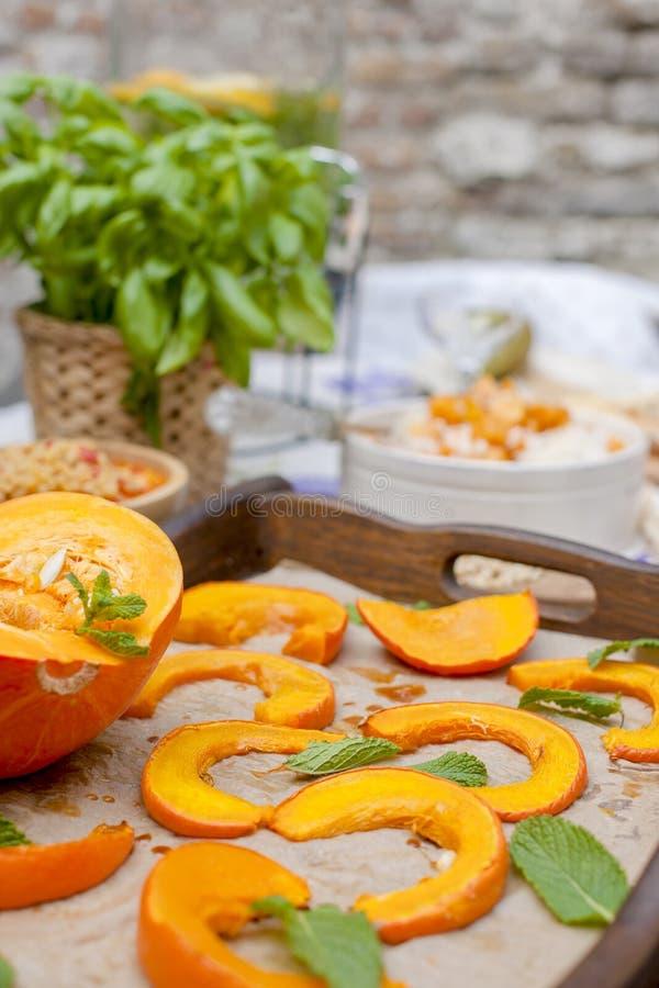 Almuerzo en casa al aire libre en el patio Vehículos y frutas del otoño Calabaza cocida con la miel y las especias Copie el espac imágenes de archivo libres de regalías