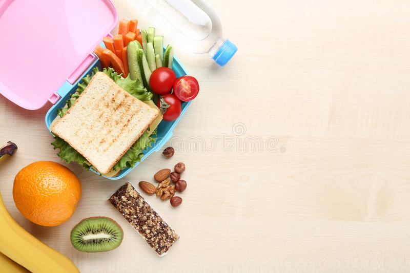Almuerzo escolar con las frutas y verduras foto de archivo