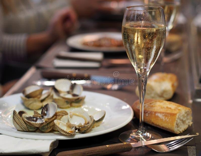 Almuerzo español clásico - vino blanco, pan y mejillones fotografía de archivo libre de regalías