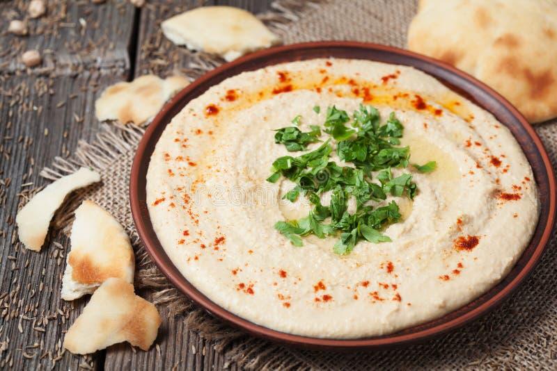 Almuerzo hebreo del hummus tradicional fresco con foto de archivo