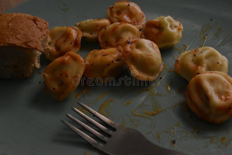 Almuerzo hecho en casa: patatas fritas, bolas de masa hervida imagen de archivo libre de regalías