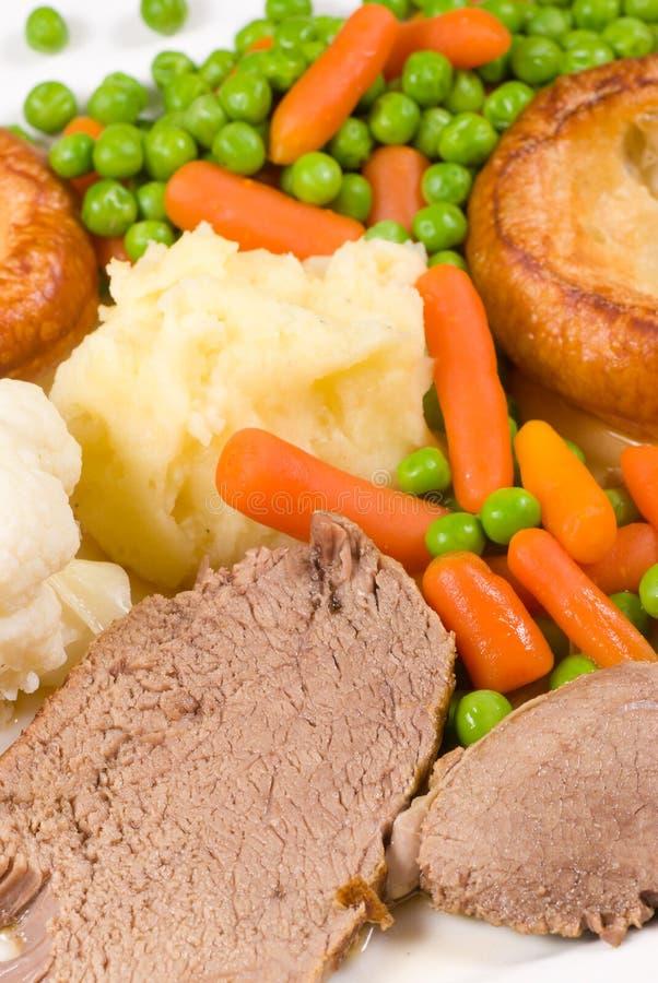 Almuerzo inglés tradicional de domingo foto de archivo libre de regalías