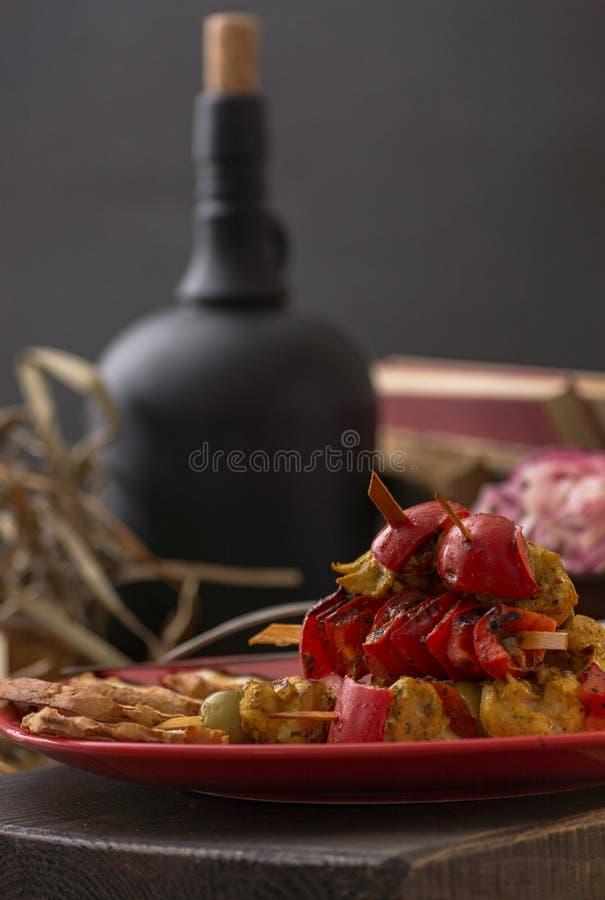 Almuerzo romántico Comida en un estilo rústico simple situado en un fondo de madera La atmósfera del cortijo y de las antigüedade foto de archivo