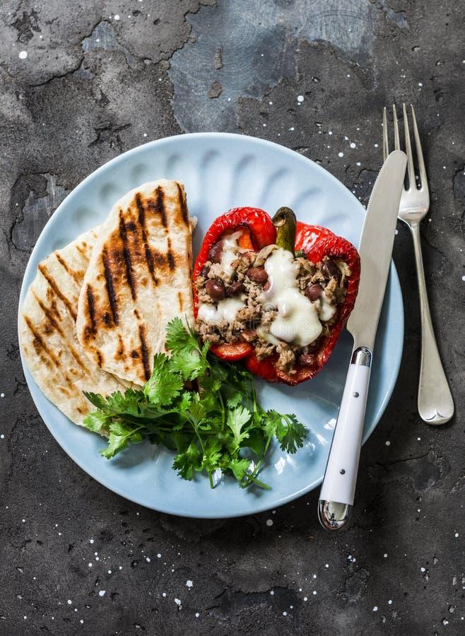 Almuerzo sano, aperitivos - las habas rellenas del chile fortalecen la pimienta dulce, verduras y las tortillas asadas a la parri fotografía de archivo libre de regalías