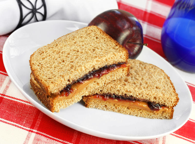 Almuerzo sano de la mantequilla y de Jelly Sandwich de cacahuete en el trigo integral fotos de archivo libres de regalías