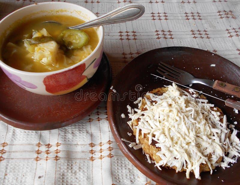 Almuerzo típico del maíz con queso y sopa fotografía de archivo libre de regalías