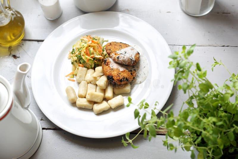 Almuerzo vegetariano, chuleta vegetal sana con las bolas de masa hervida y ensalada de col blanca fotos de archivo
