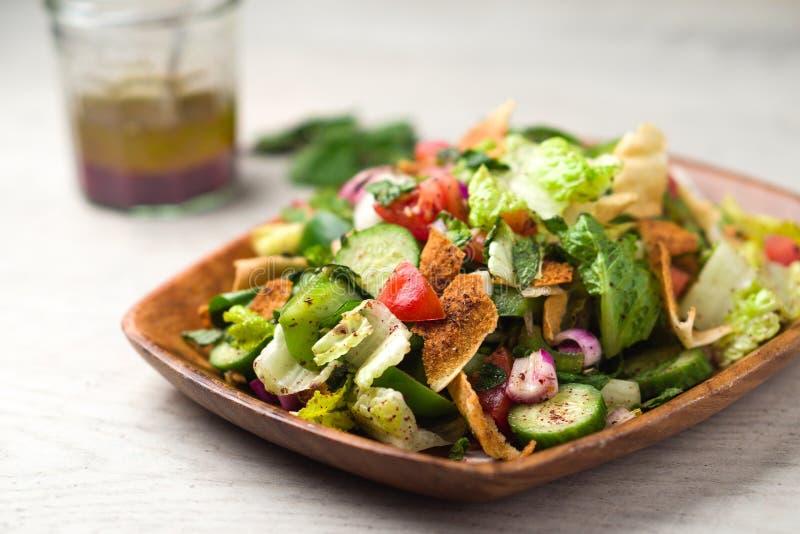 Almuerzo vegetariano de la ensalada del fattoush fotos de archivo