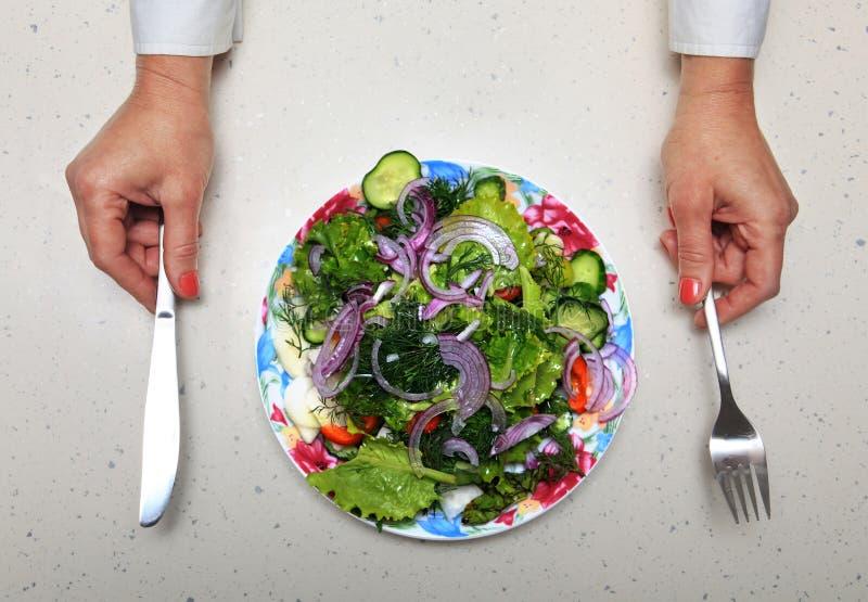 Almuerzo y manos sanos con platos y cubiertos de la cocina fotos de archivo
