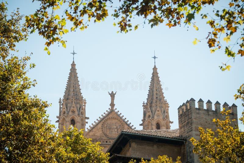 almundiaen kan för de del för domkyrkan kyrkliga konungar l lalakelandmarks som berömda förgrund låts vara majorcaen mallorca för royaltyfria bilder