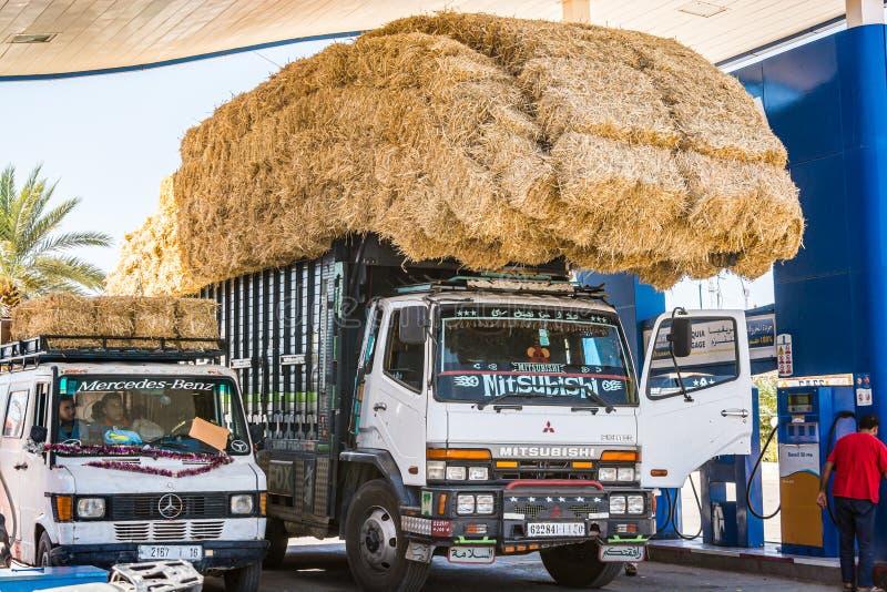 Alnif Marocko - Oktober 11, 2013 Bil som laddas av sugrörbaler royaltyfria foton
