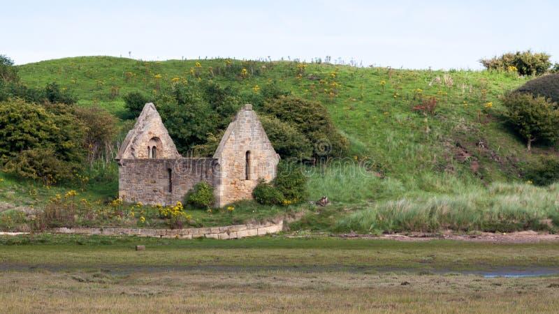 ALNMOUTH NORTHUMBERLAND/UK - 14-ОЕ АВГУСТА: Руины покойницкой Chape стоковые фотографии rf