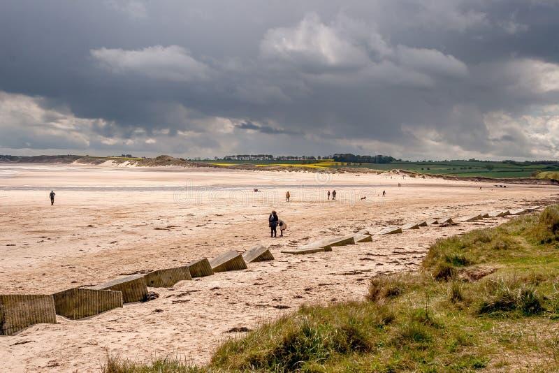 Alnmouth-Strand mit einem schweren Himmel stockfotos