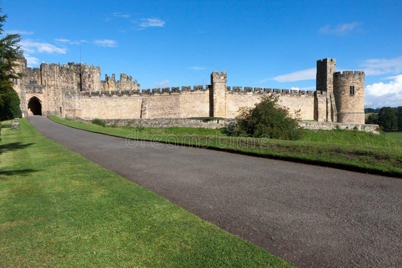 ALNWICK, NORTHUMBERLAND/UK - 19-ОЕ АВГУСТА: Взгляд замка в a стоковая фотография