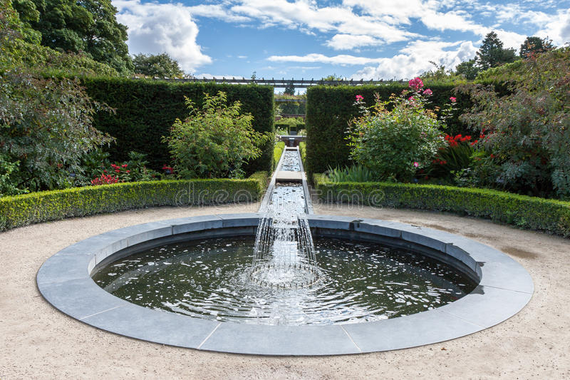 ALNWICK, NORTHUMBERLAND/UK - 19 AOÛT : Caractéristique de l'eau dans Alnwic images libres de droits