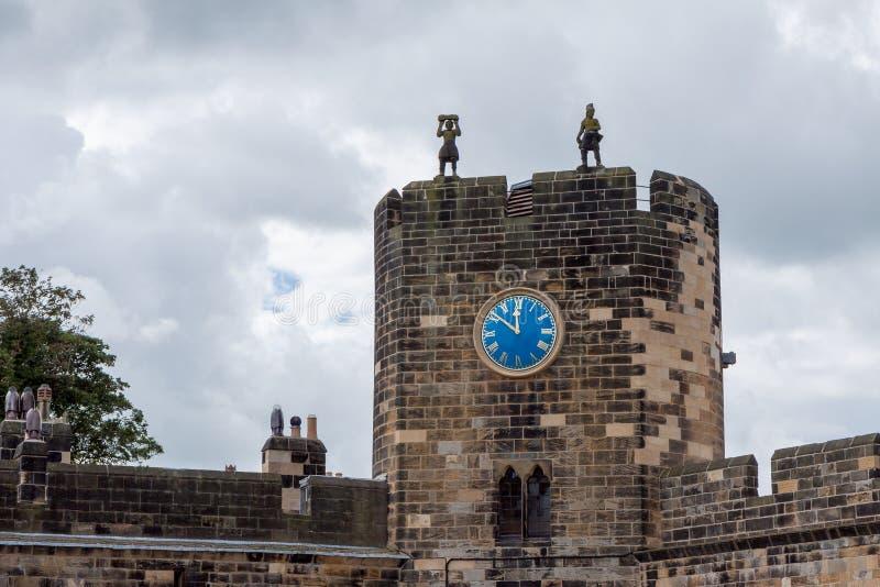 ALNWICK, NORTHUMBERLAND/UK - 19 DE AGOSTO: Vista del castillo en A fotografía de archivo libre de regalías