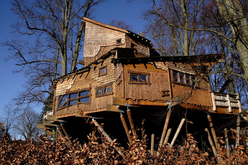 alnwick trädgårds- treehouse royaltyfri bild