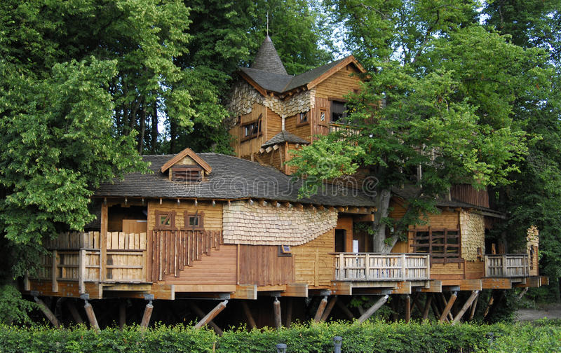 alnwick treehouse royaltyfria bilder