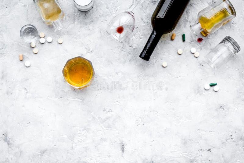Alocohol恶习和酒精中毒治疗概念 玻璃、瓶和medcine药片在浅灰色的背景顶视图 库存图片