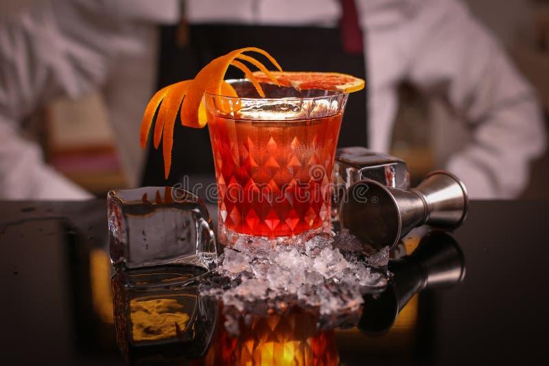 Alocohol koktajlu negroni na czerni powierzchni obrazy stock